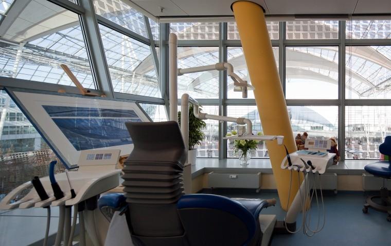 Behandlungsstuhl der Zahnarztpraxis am Flughafen München