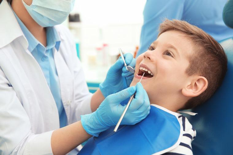 Behandlung von Kindern in der Zahnarztpraxis am Flughafen München